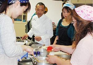 下川先生にアドバイスを受けながら、調理開始!
