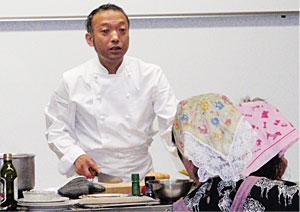 下川先生の説明を、皆さま真剣に聞いています。