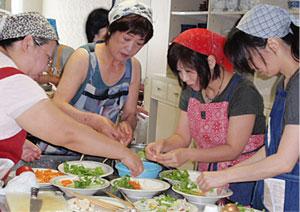 料理ができたら、協力してきれいに盛り付け!