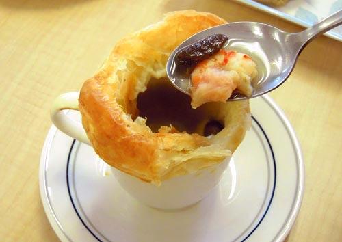 エビとキノコのパイ包みスープ