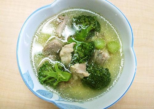 ブロッコリーと鶏もも肉のスープ